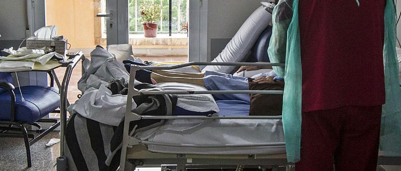 Una paciente recibiendo cuidados paliativos en el Hospital de San Vicente