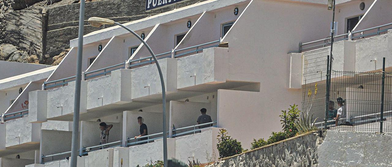 Jóvenes internos en el centro de menores ubicado en el Puerto Bello, ayer, en las terrazas del complejo. | | JOSÉ CARLOS GUERRA