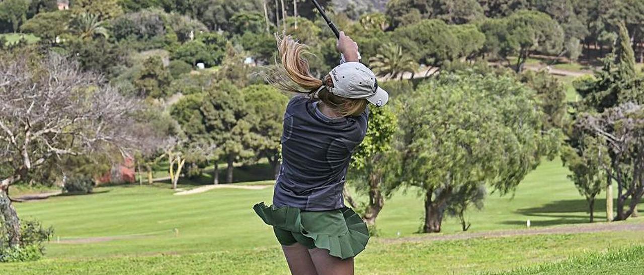 Keira González ejecuta un golpe en el Real Club de Golf de Las Palmas.     LP/DLP