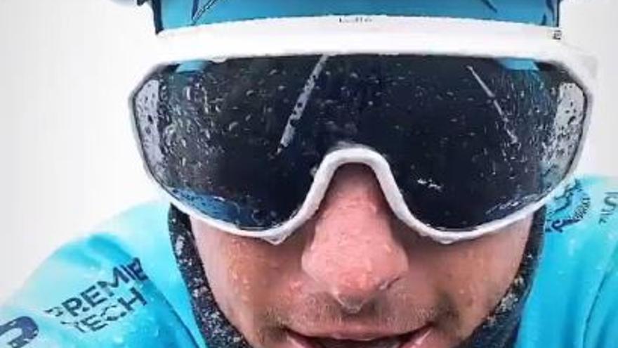 El danés Jakob Fuglsang pedalea en el Teide bajo la nevada
