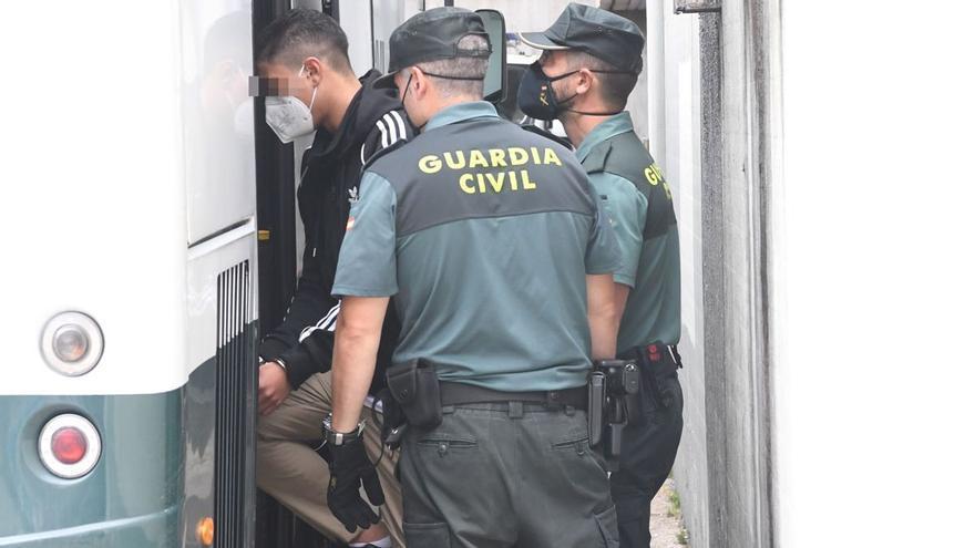 """Gritos de """"asesinos"""" a los detenidos por el crimen de Samuel Luiz en A Coruña"""