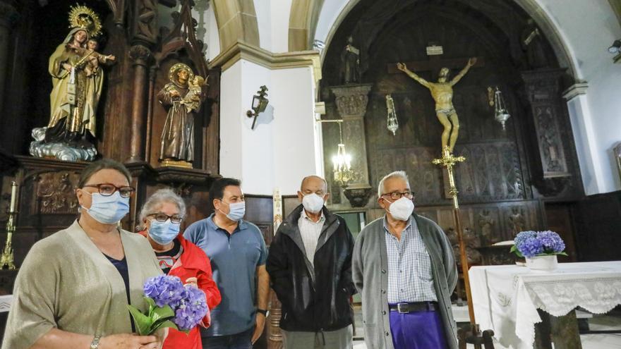 La iglesia de Jove, renovada tras un incendio, se engalana para su nuevo párroco