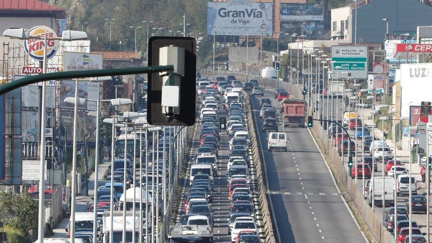 Una tarde de colas kilométricas y de blindaje policial en las salidas de Vigo