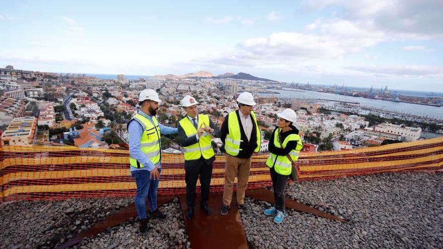 El alcalde Augusto Hidalgo visita las obras del mirador de Altavista