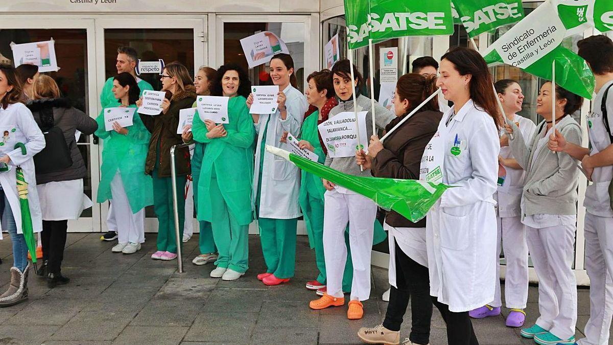 Manifestación del sindicato Satse a las puertas del Virgen de la Concha.