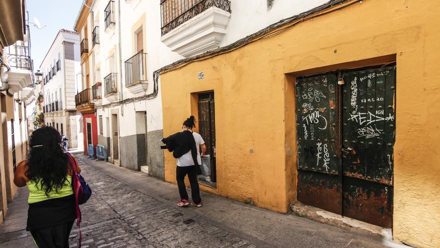Se enfrenta a los okupas de su vivienda e intenta desalojarlos en Cáceres