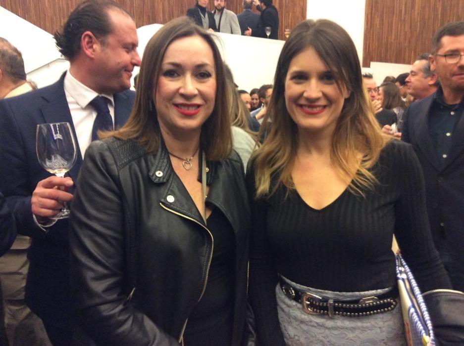 Cristina Medina, presidenta de la Asociación de Periodistas de Elche y Erika Sánchez, concejal del PP en Elche.
