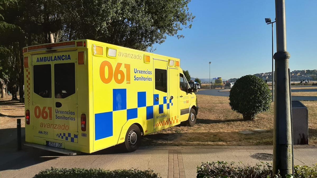 La ambulancia medicalizada, el pasado verano, en la playa de A Xunqueira. /S.A.