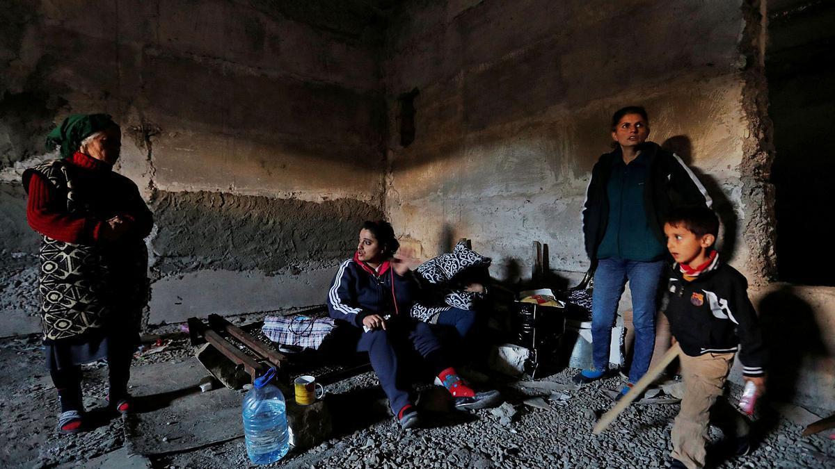 Una familia se protege en un refugio bajo un edificio de la ciudad de Susha, en la región de Nagorno Karabaj, este jueves.