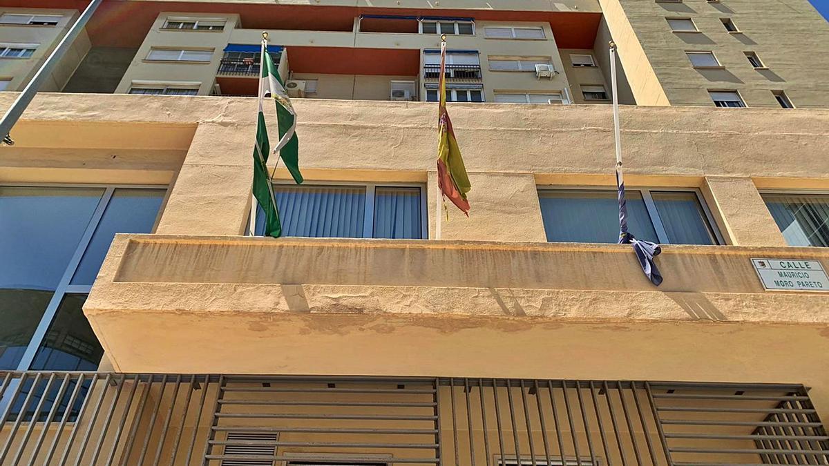 Banderas oficiales en la Oficina de Extranjería de calle Mauricio Moro, el pasado sábado 15.