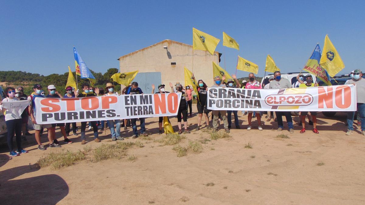 Centenares de personas protestan por la ampliación de una macrogranja en el paraje de la Celia