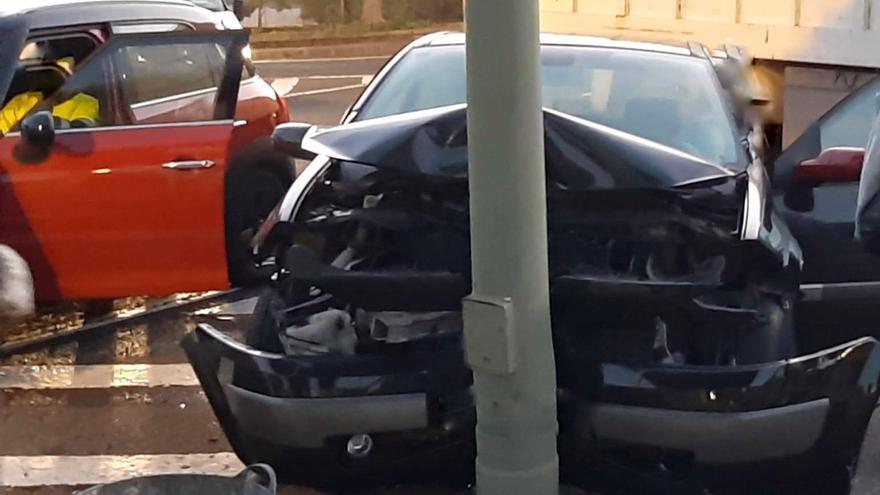 Aparatoso choque de un automóvil con una farola en Siete Palmas