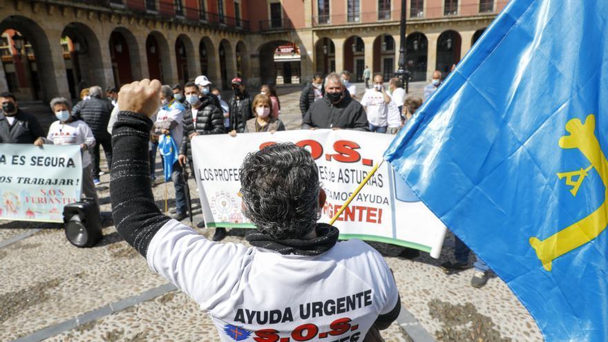 Los feriantes protestan frente al Ayuntamiento para exigir poder trabajar este verano