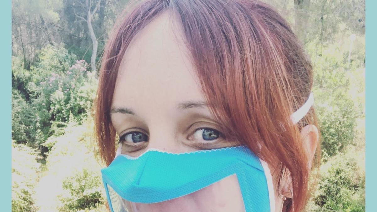 Una saguntina impulsa las rutas turísticas inclusivas con mascarillas transparentes