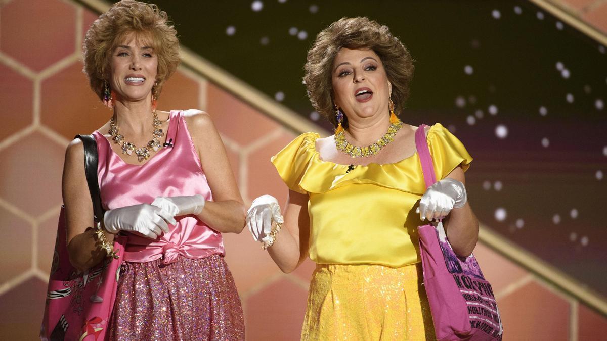 Kristen Wiig y Annie Mumolo actúan durante la 78ª edición de los Globos de Oro.