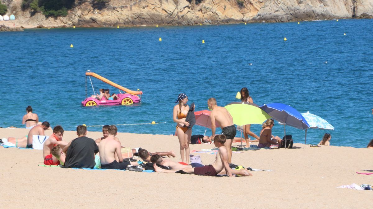 Un grup de gent a la platja de Lloret de Mar