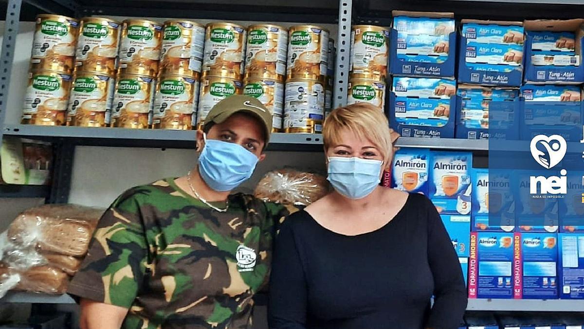 Gemma Rodríguez (dcha.) se rodea de voluntarios para repartir alimentos en la zona de Pinosol