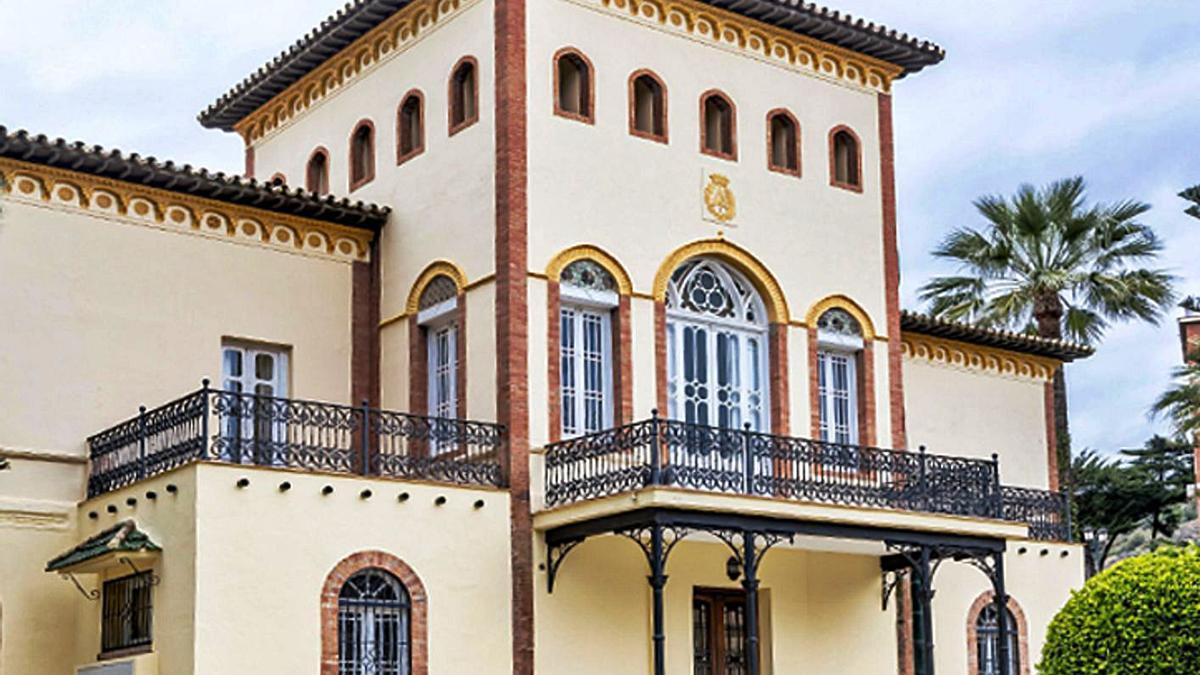 Fachada del edificio que alberga el Colegio de Aparejadores y Arquitectos Técnicos de Málaga.   LA OPINIÓN