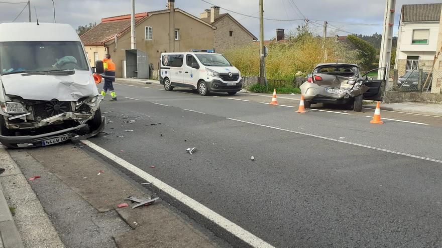 Una conductora resulta herida en un accidente en Cuntis