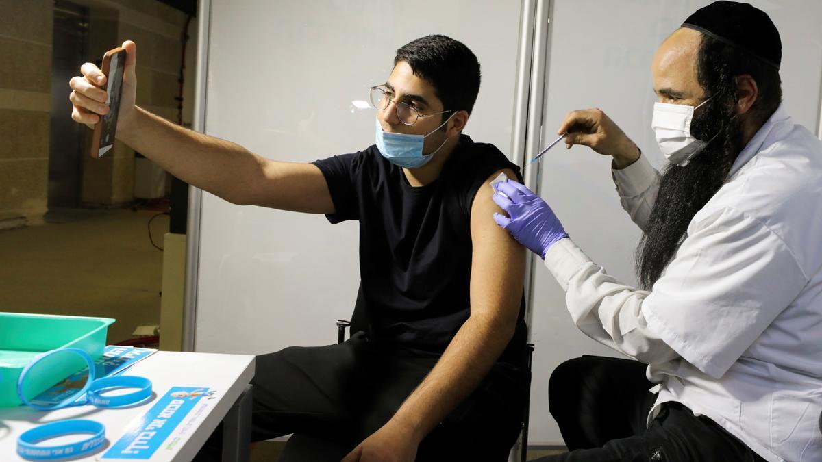 Una persona recibe la vacuna contra la Covid en Jerusalén.
