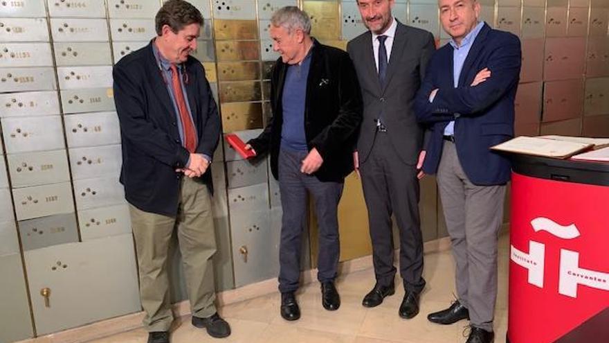 El alcalde de Elche asiste al homenaje al escritor Vicente Molina Foix en el Instituto Cervantes