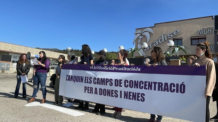 Desenes de persones protesten a la Jonquera per demanar la fi als prostíbuls