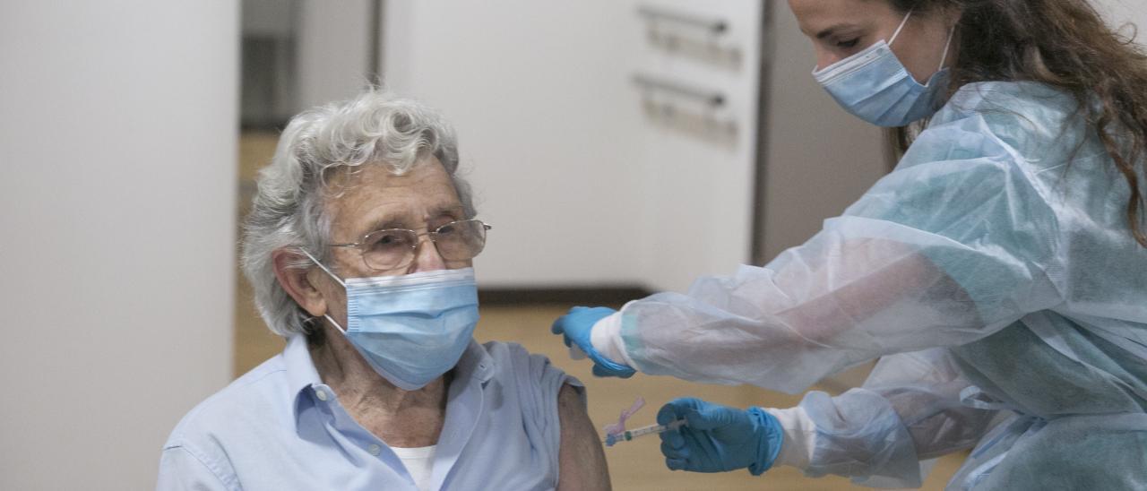 Alberto Díaz recibe la vacuna en Gijón.