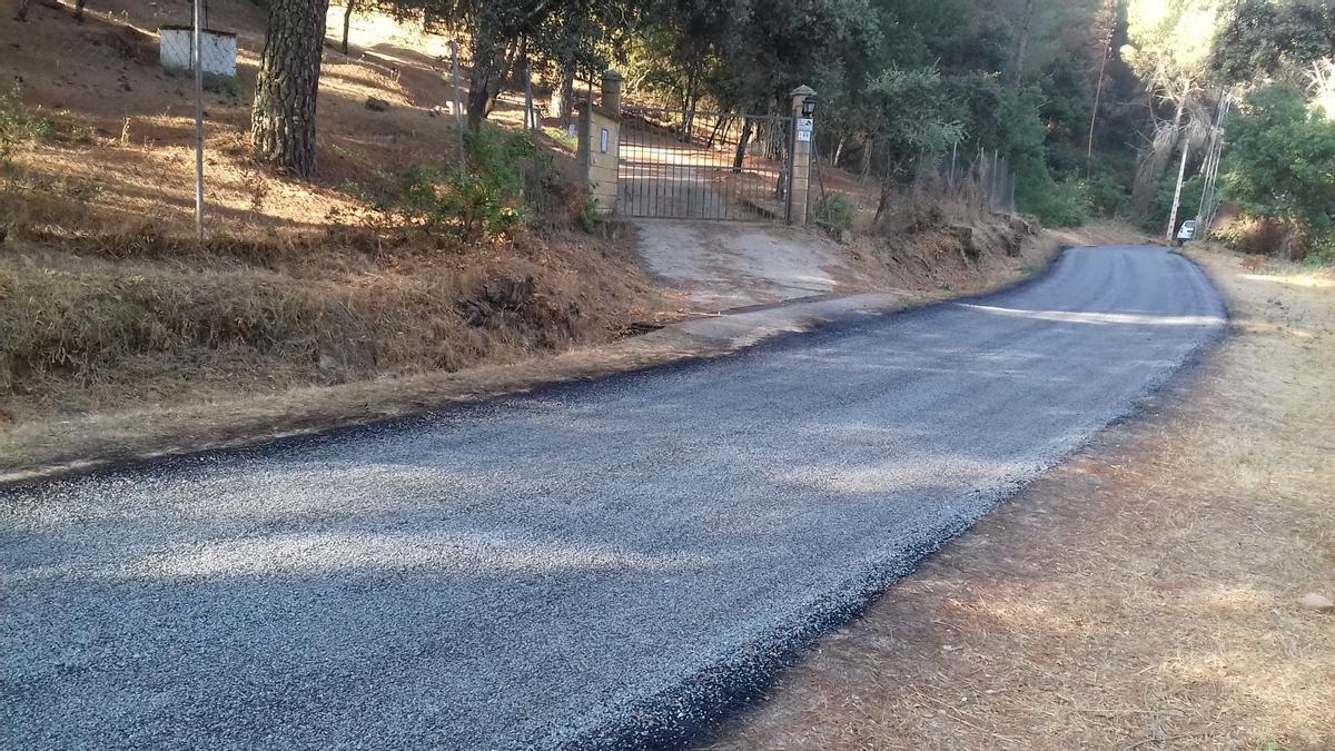 Vista del camino del Bejarano, asfaltado reciéntemente.