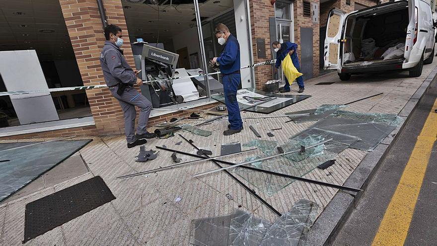 Tres detenidos tras la explosión de la oficina bancaria de San Claudio