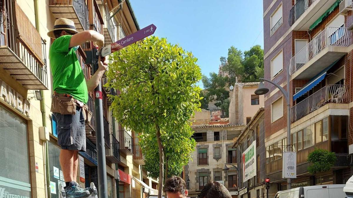Instalan la nueva señalización turística peatonal inteligente en Caravaca