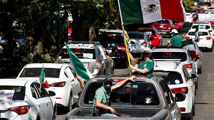 Miles de mexicanos protestan en coche para exigir la renuncia del presidente