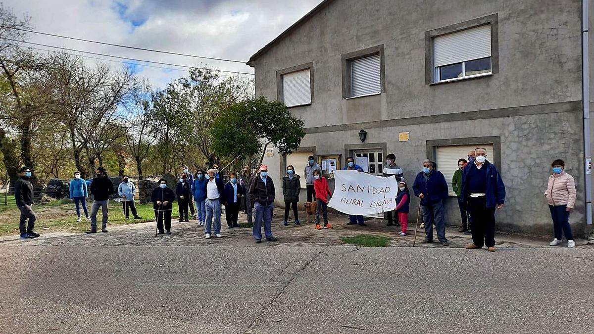Un grupo de vecinos de Tudera en una concentración para reclamar mejoras en la Sanidad Rural. | Cedida