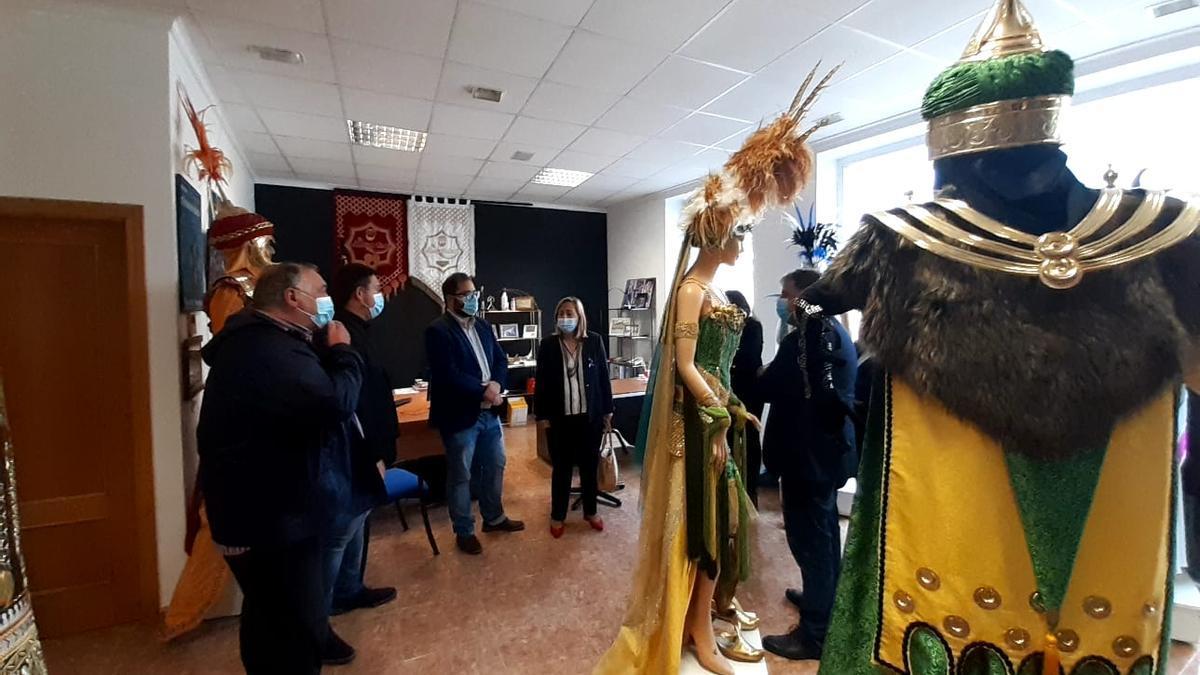 La subdelegada del Gobierno con el alcalde de Villena y empresarios de la artesanía festera.