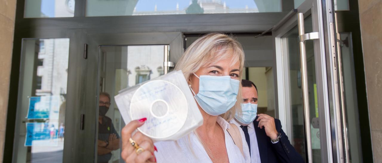 La exalcaldesa Sonia Castedo tras recoger la sentencia del PGOU, este lunes