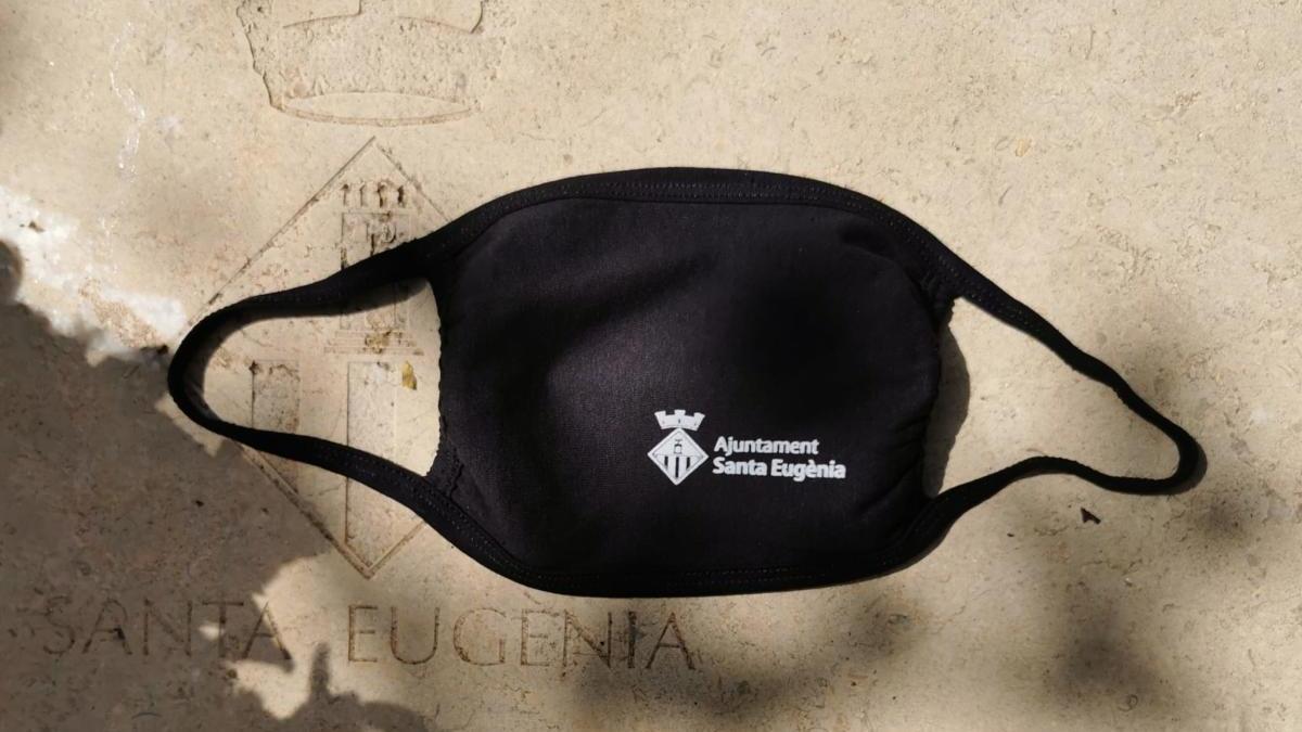 Mascarillas con el logotipo de Santa Eugènia que se repartirán entre los vecinos.