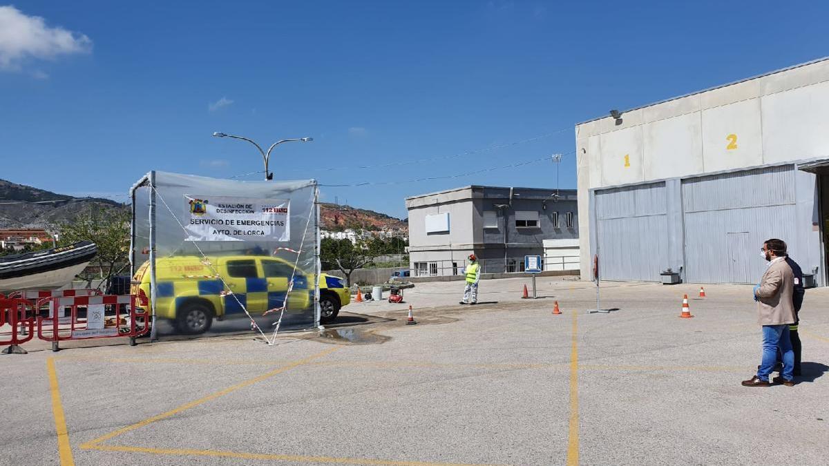 Lorca instala una estación para desinfectar los vehículos de sanitarios y emergencias