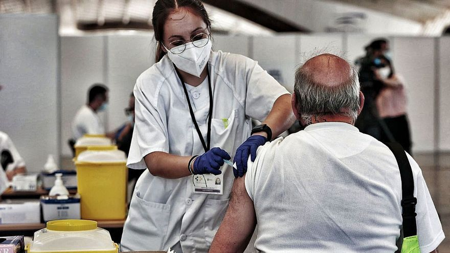 Tenerife vacunará día y noche para aumentar el ritmo de los pinchazos