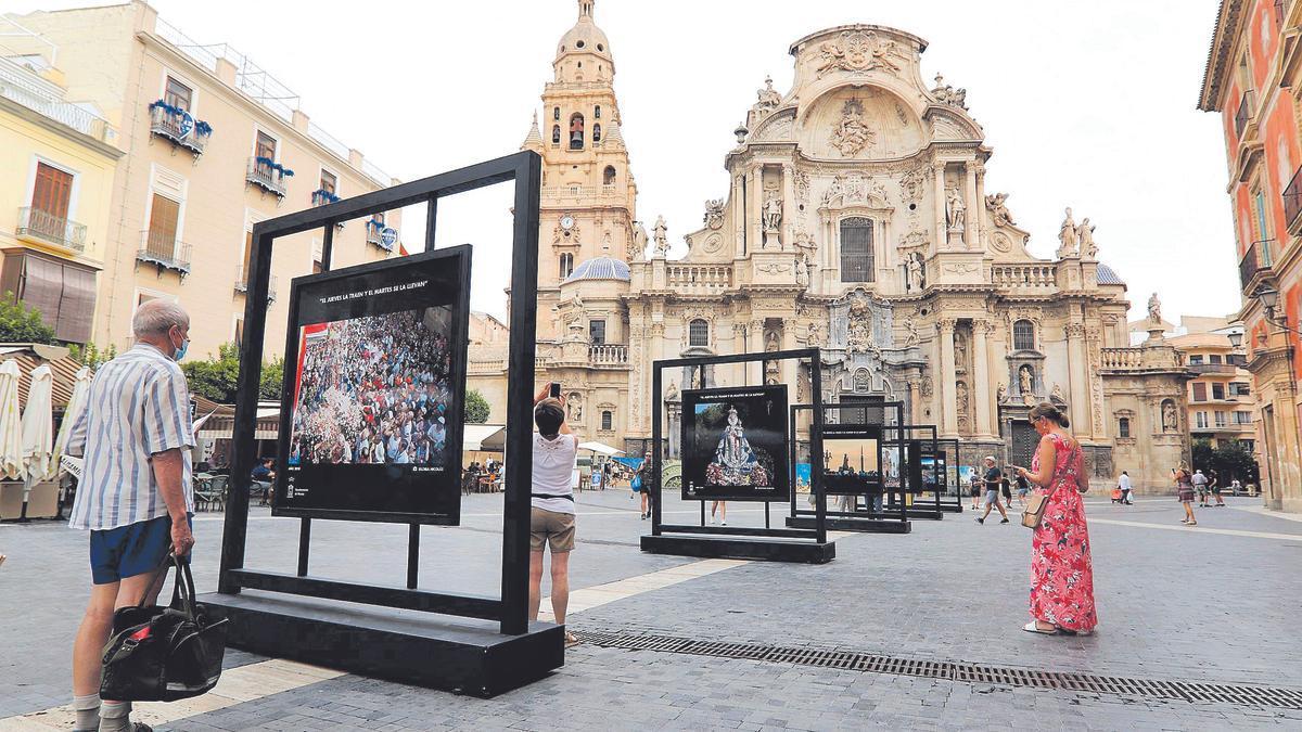 Trece fotógrafos locales  componen la exposición 'El   jueves la traen y el martes se la llevan'