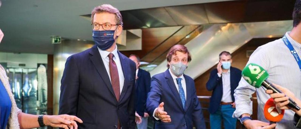 El presidente de la Xunta, junto al alcalde de Madrid, José Luis Martínez Almeida, ayer, en Madrid. |  // EFE