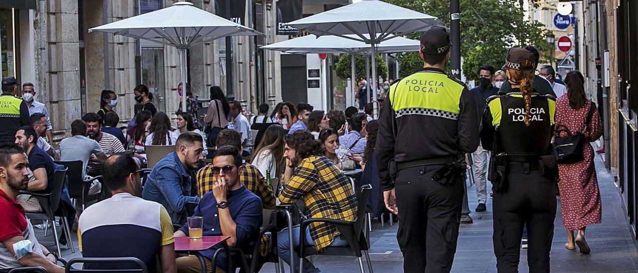 Agentes de la Policía Local en una zona de terrazas de Alicante el pasado fin de semana.