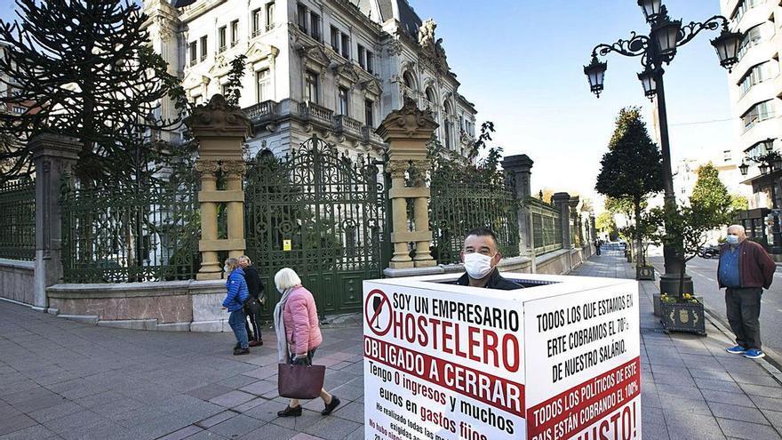 """El hostelero Titi Sánchez abandona su protesta frente a la Junta tras la reapertura de Siero: """"Se termina el capítulo quinto, espero que sea el último"""""""