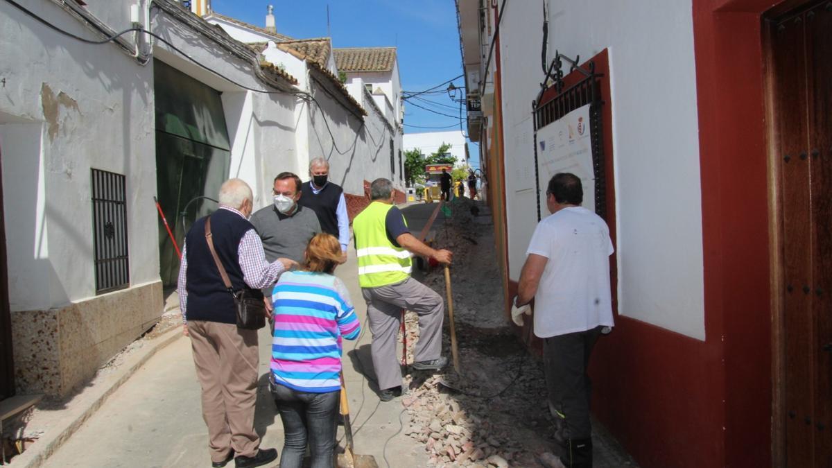 El alcalde de Villafranca, Francisco Palomares, visita la obra de la calle Caridad.