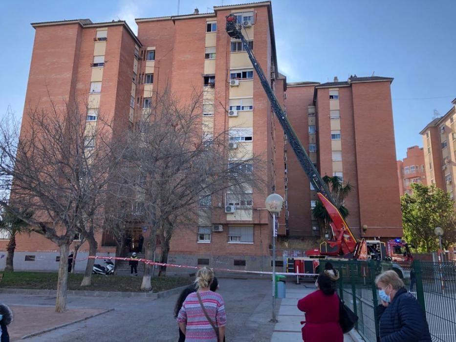 Desalojan un edificio de siete plantas en el Infante por un incendio