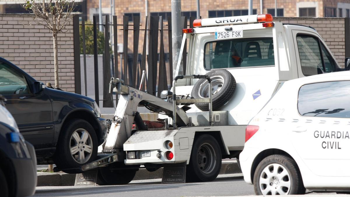 La grúa de Gijón, remolcando un vehículo.