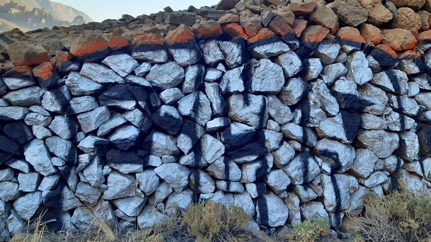 Subir al Parque Nacional del Teide para 'firmar' un muro de 2 metros
