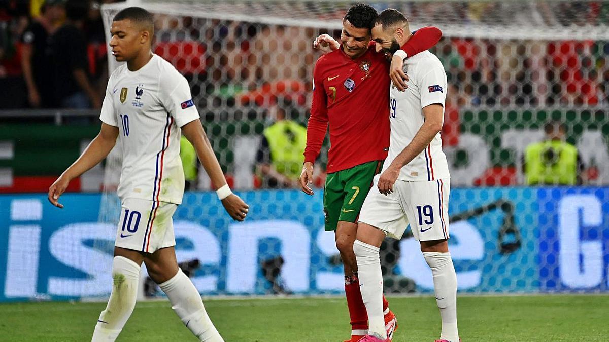Ronaldo y Benzema se marchan abrazados del campo. |  // EFE