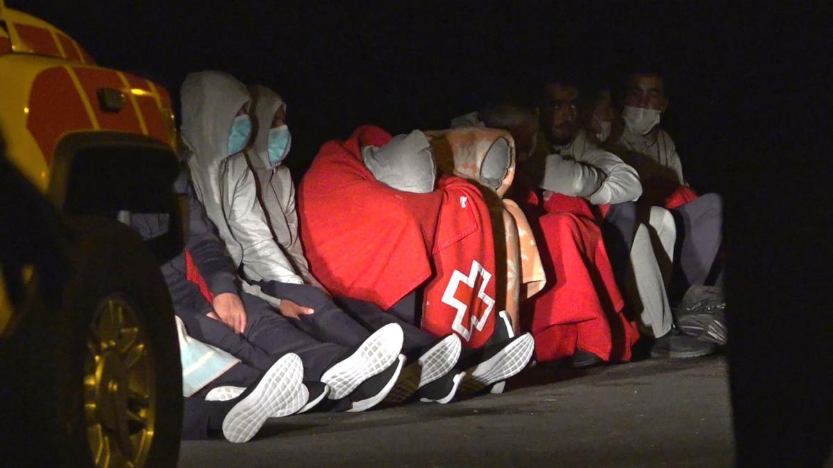 Personas que lograron llegar a tierra con vida tras el vuelco de la patera en la que viajaban en la costa de Órzola