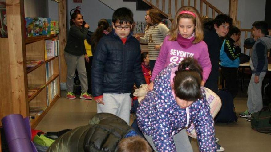 Niños de Almassora disfrutan de una noche en la biblioteca