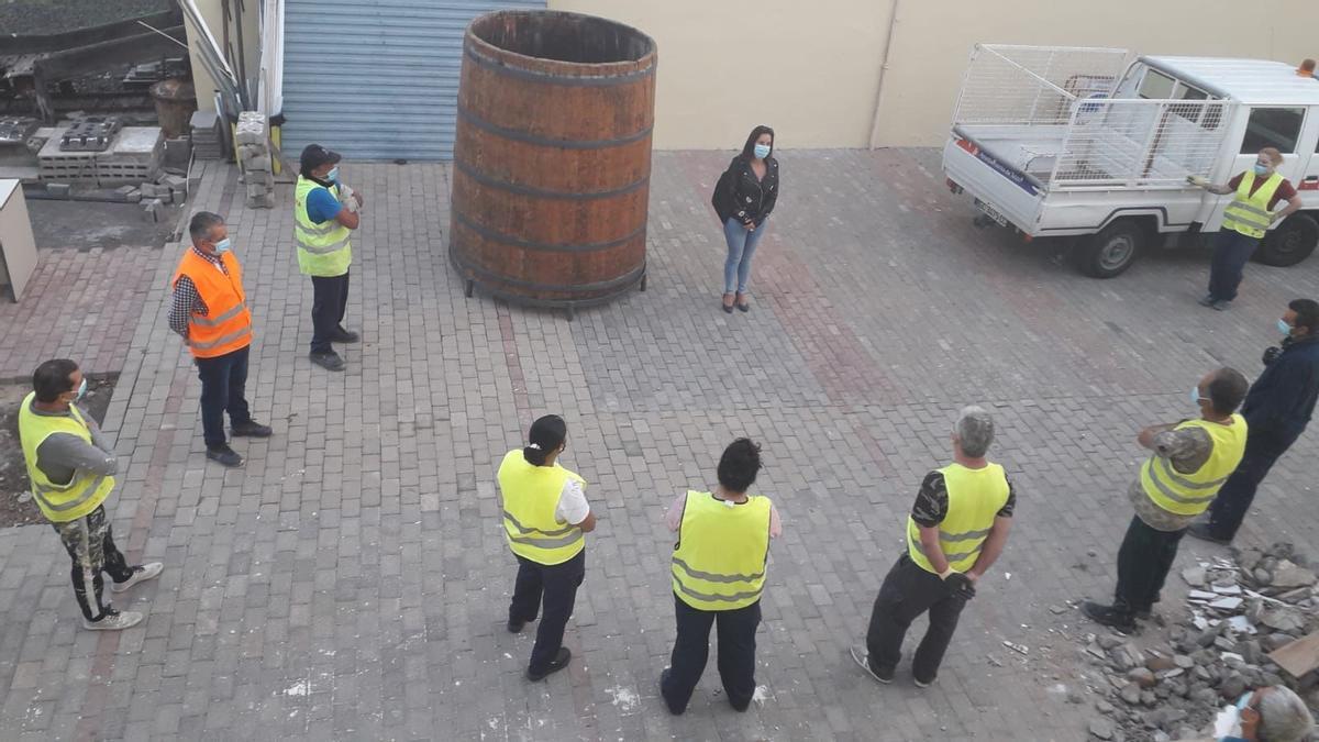 Lidia Medías con los 56 trabajadores temporales