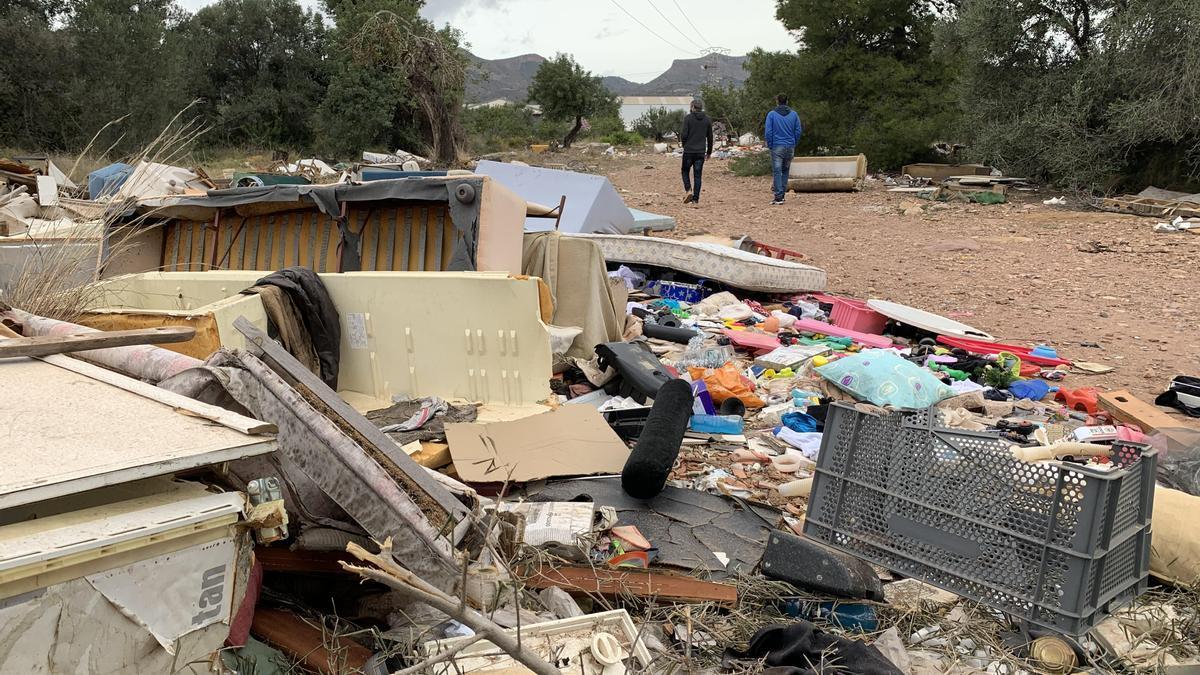 En la Vall d'Uixó existe un macrovertedero de voluminosos donde se acumulan toneladas de basura depositada de manera ilegal.